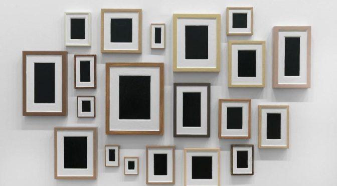 Allan McCollum (1944 - ) Plaster Surrogates (Substituts en plâtre),1985, 20 éléments en céramique à froid sur plâtre, 128,5 x 203 cm, Centre Pompidou, MNAM, Paris